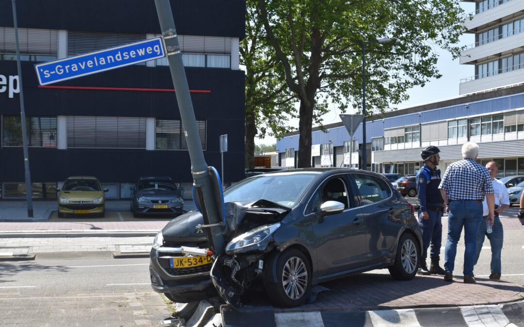Automobilist klapt vol op lichtmast in Schiehart 's-Gravelandseweg Schiedam