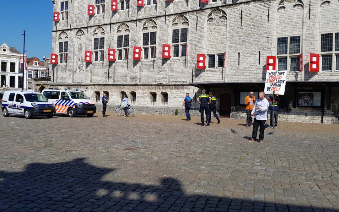 Handjevol demonstranten weggestuurd Markt Gouda