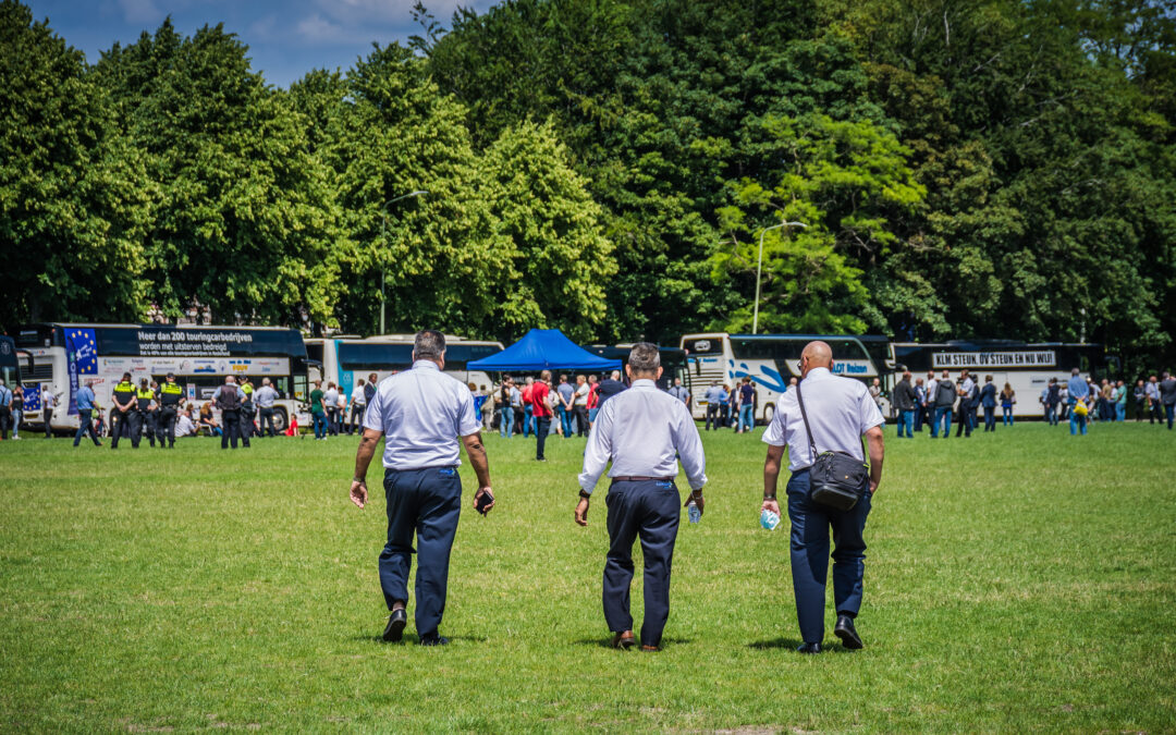 Boze touringcarchauffeurs toeteren bij Binnenhof