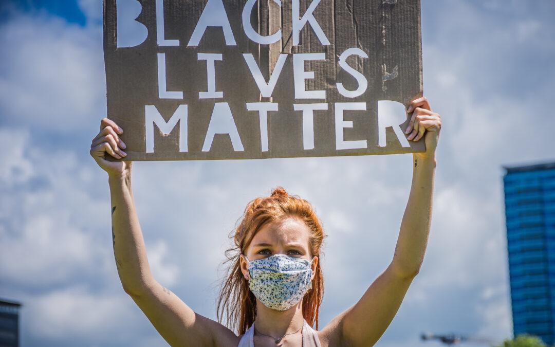 Honderden mensen demonstreren tegen racisme en politiegeweld in Den Haag