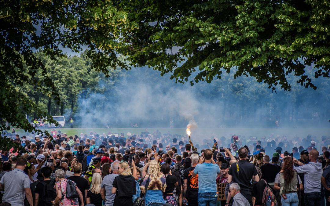Honderden arrestaties na betogingen tegen Coronaspoedwet op Malieveld Den Haag