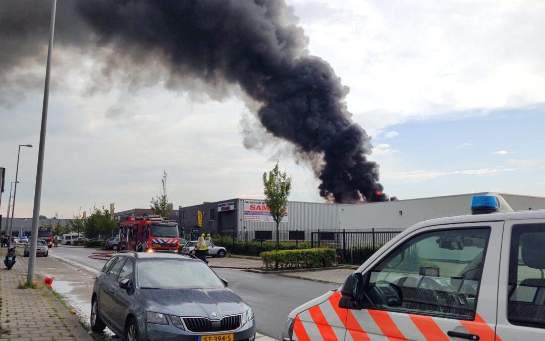 Eigenaar redt hond bij grote brand in autobedrijf Stolwijkstraat Rotterdam