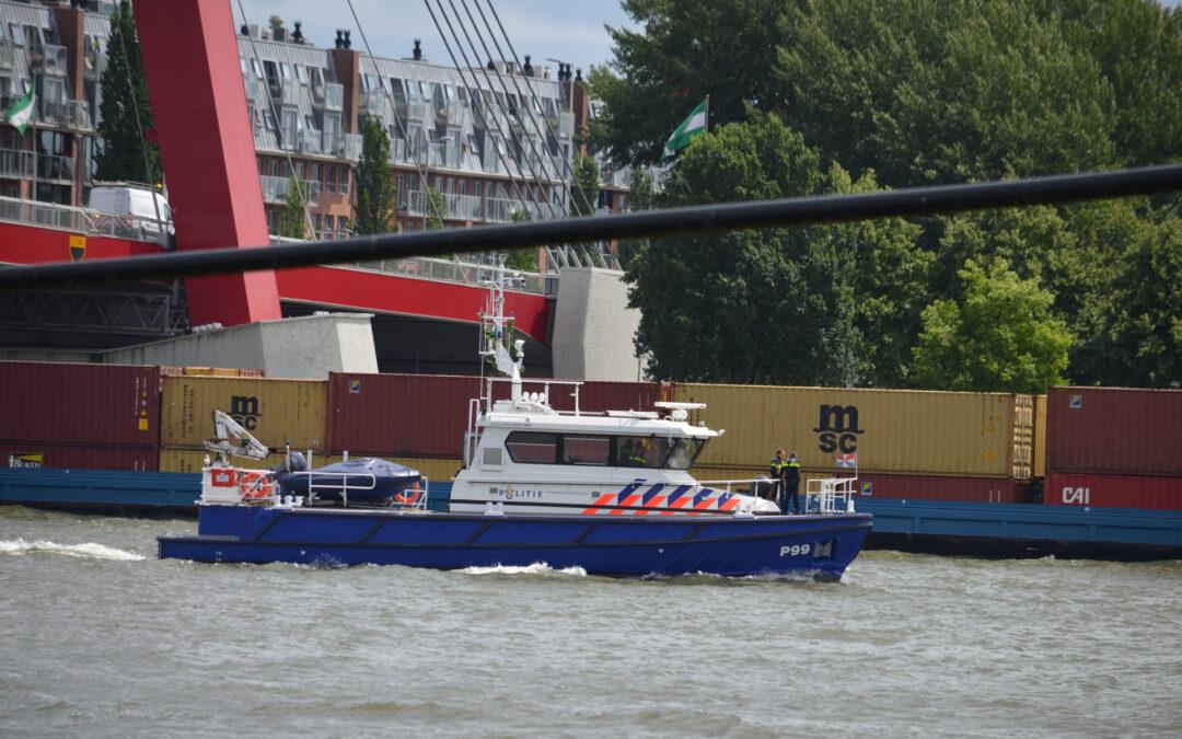 Containerschip vaart tegen Willemsbrug Willemsbrug – S123 Rotterdam