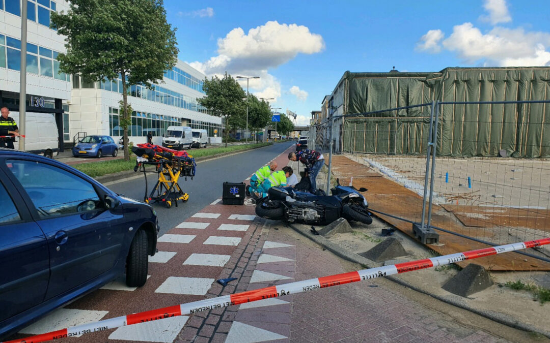 Motorrijder en passagier gewond na aanrijding Industrieweg Rotterdam