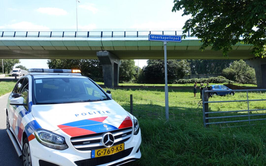 Auto raakt van de weg en belandt in weiland langs Kanaaldijk (N454) in Waddinxveen