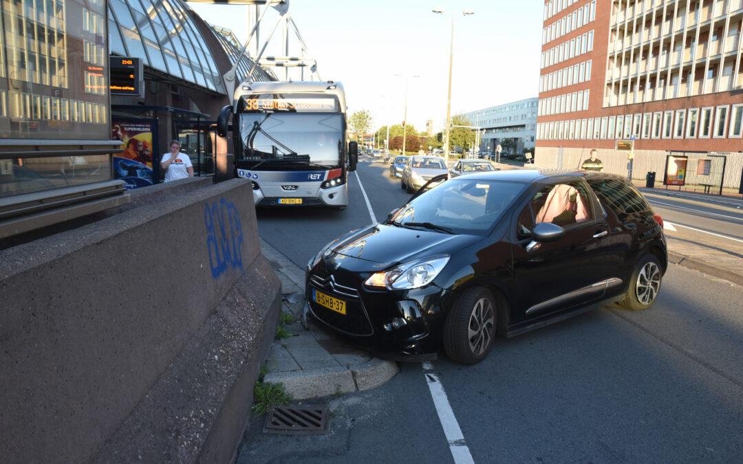 Auto knalt op muur bij station Horvathweg Schiedam