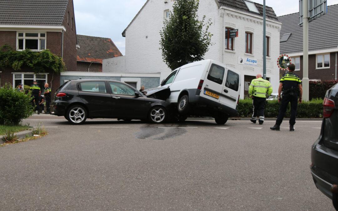 Gewonde bij aanrijding tussen auto en bestelbus Rijksweg Noord Sittard