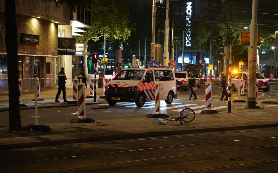 Fietsster zwaargewond na aanrijding met politiebus Hofplein Rotterdam