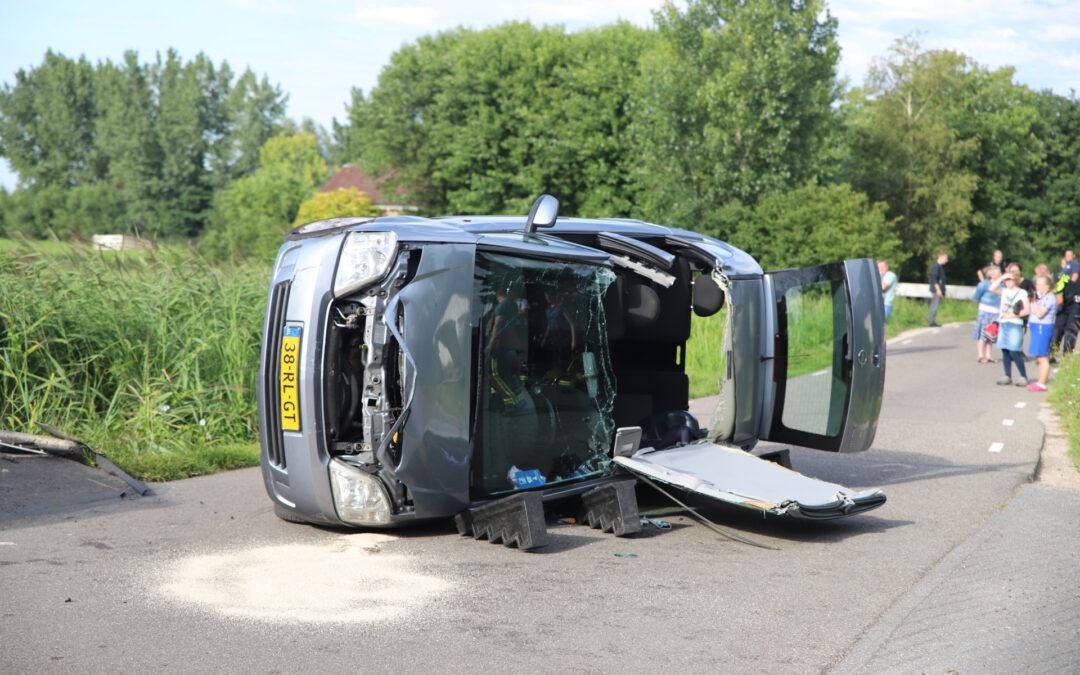 Personenauto belandt op zijn kant na ongeval Tussenlanen Bergambacht