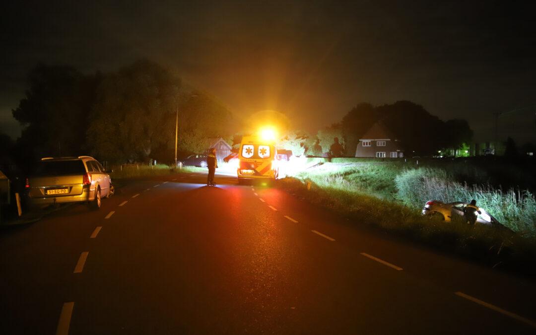 Auto schiet van dijk af na botsing Lekdijk Oost Bergambacht