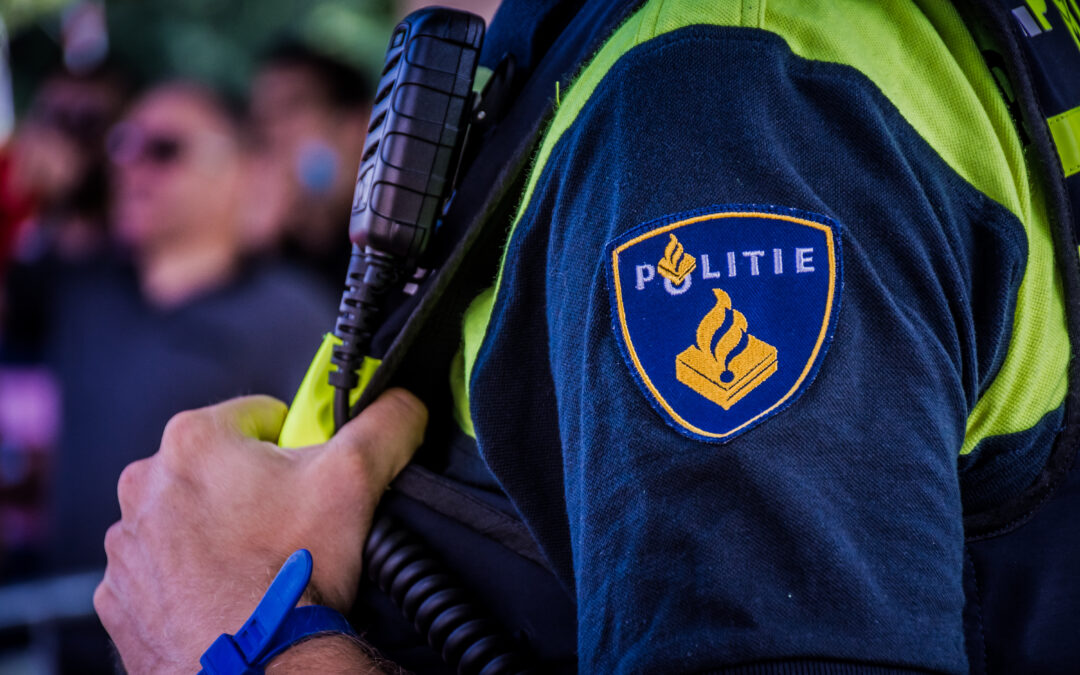 Bestuurder aangehouden na inrijden op agenten op Rivierweg in Capelle aan den IJssel
