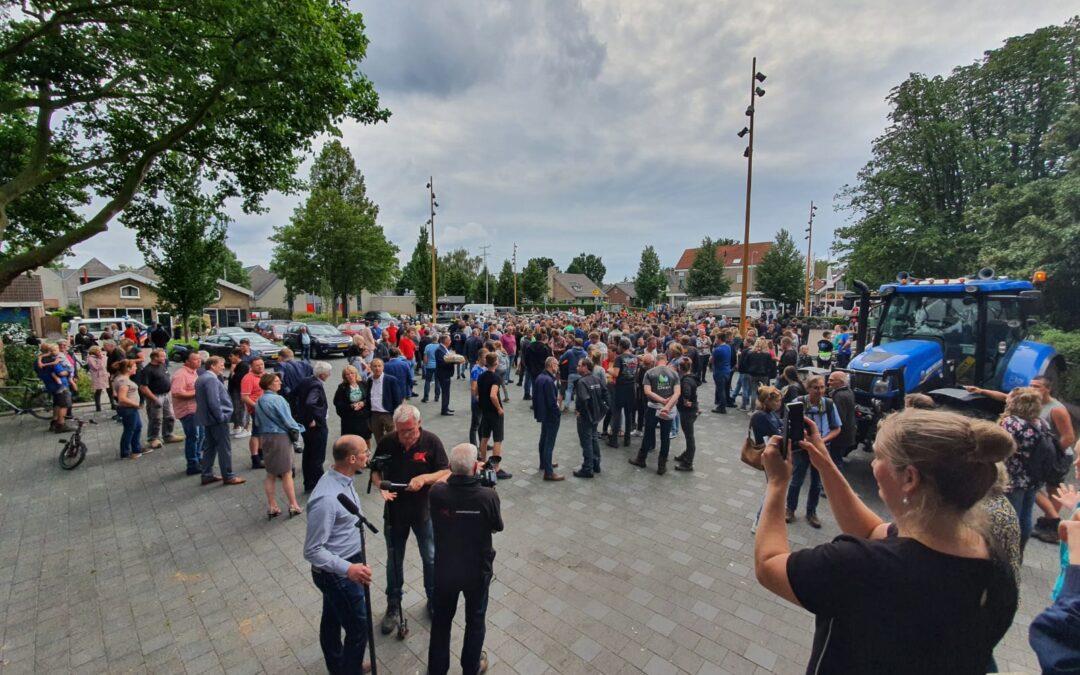 Boeren voeren actie tijdens raadsvergadering in Ouderkerk aan den IJssel (video)