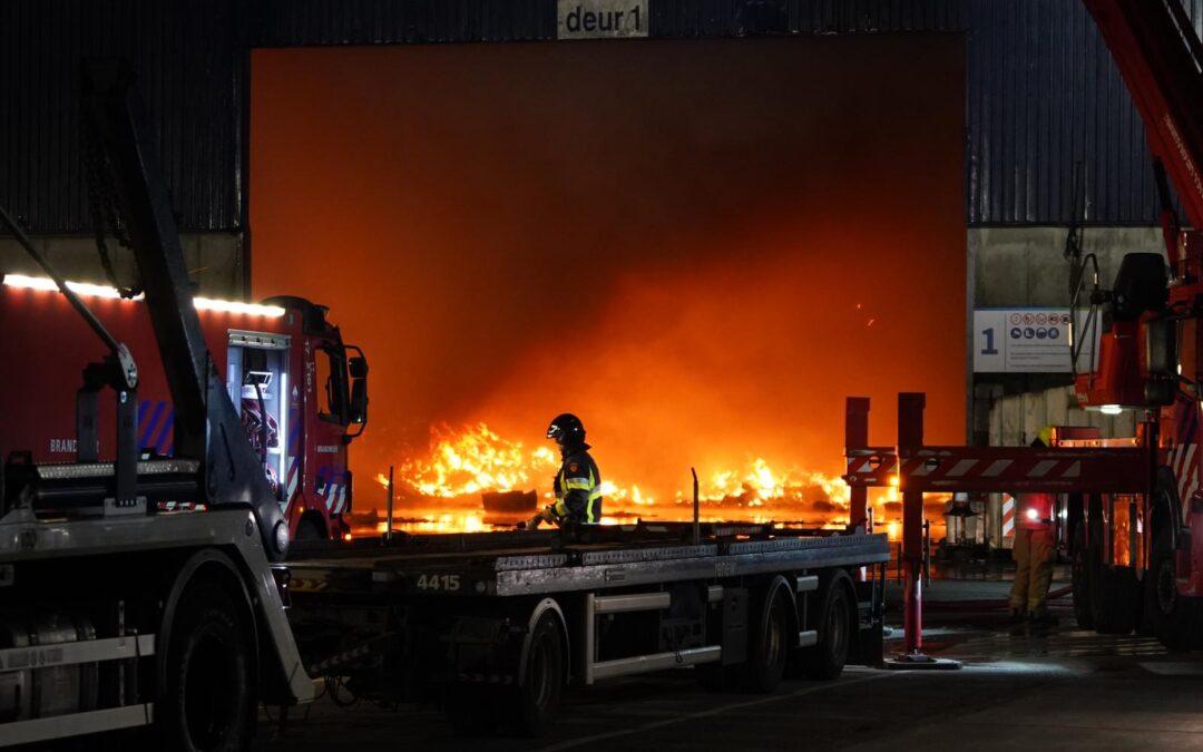 Zeer grote brand bij Renewi aan Kreekweg in Vlaardingen (video)