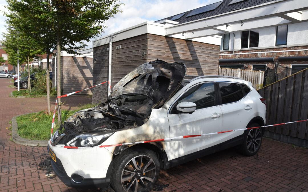 Geparkeerde auto verwoest door brand Kemperhof Vlaardingen