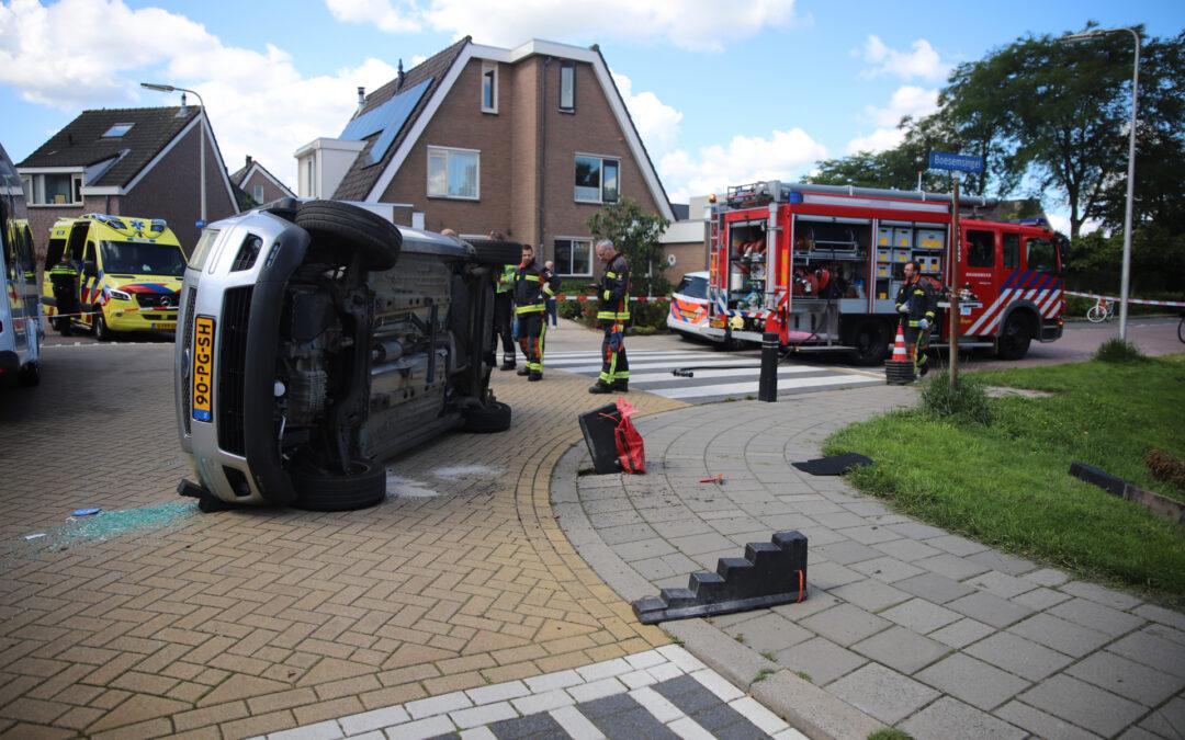 Gewonde nadat auto op de kant beland Boesemsingel Bodegraven