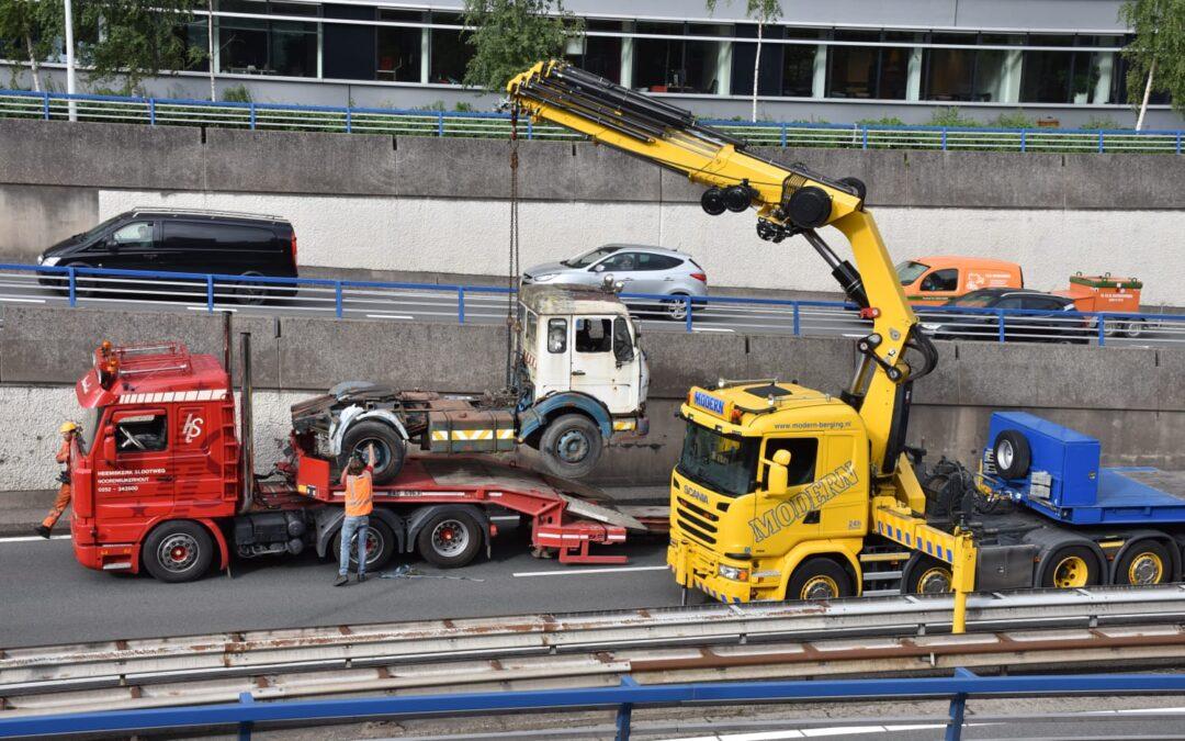 Vrachtwagen verliest vrachtwagen van trailer A12 Den Haag