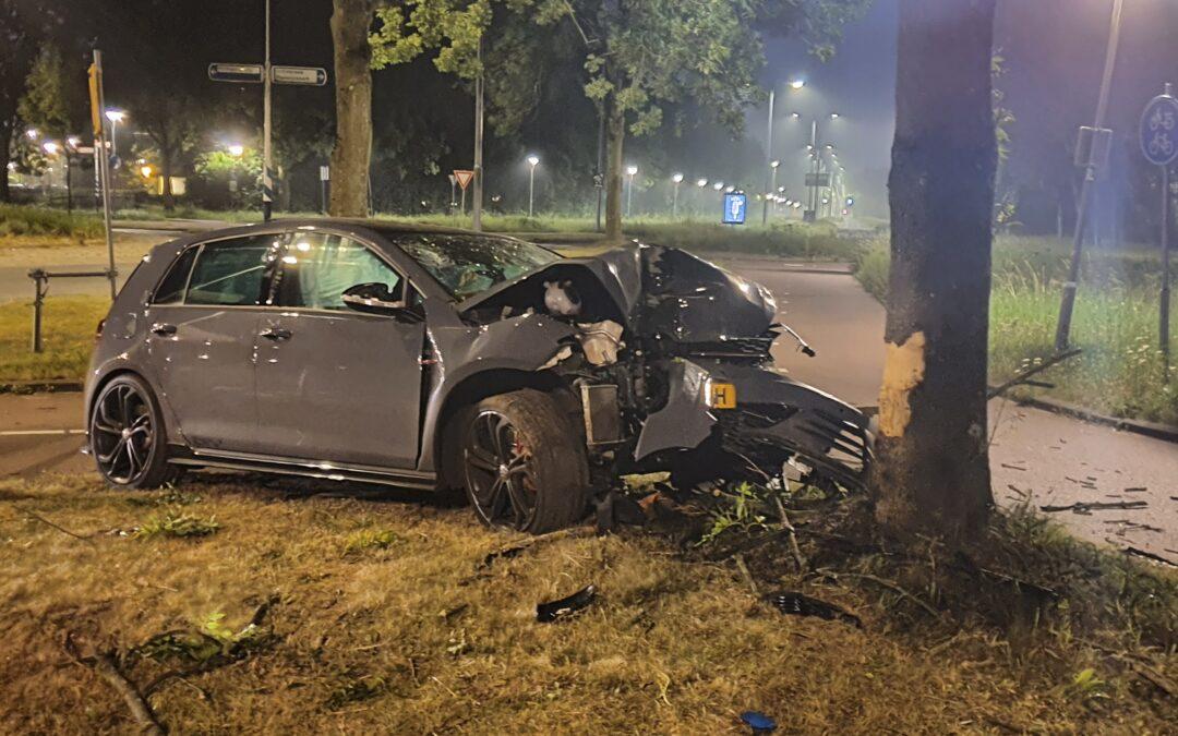Twee gewonden nadat alcomobilist over rotonde vliegt en boom ramt in Rotterdam Schiebroek