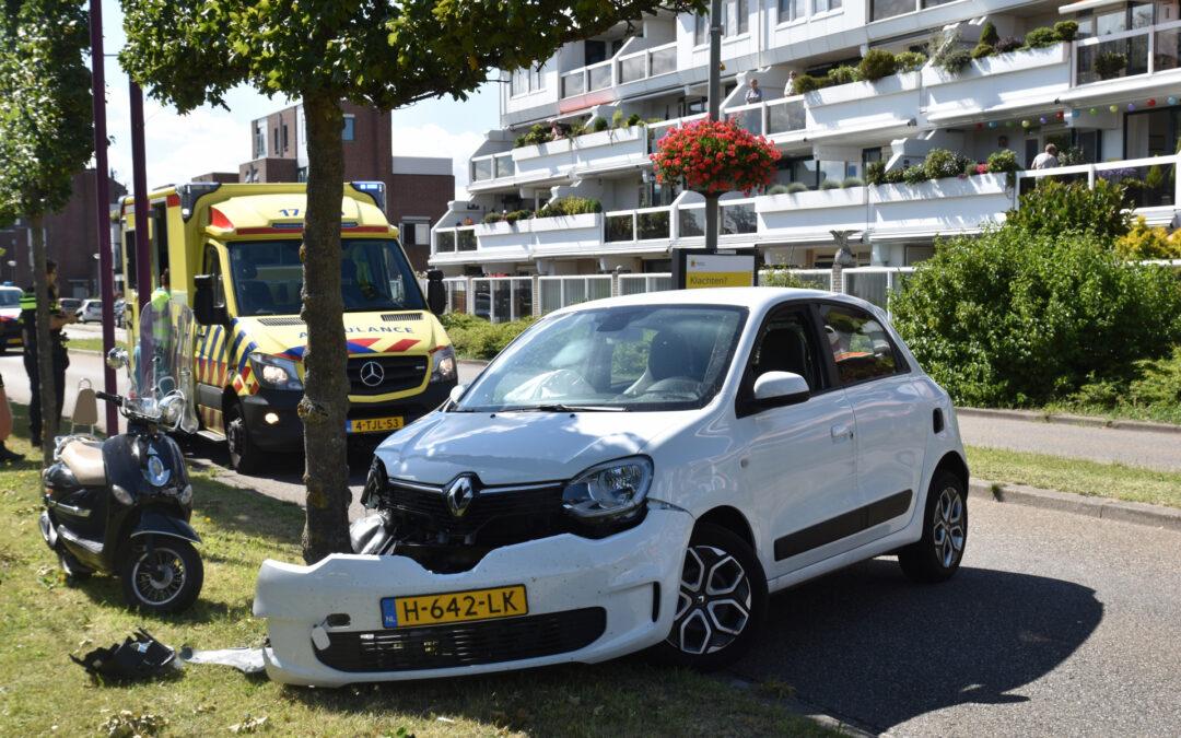 Auto raakt van de weg en knalt vol op boom Scheepvaartweg Schiedam