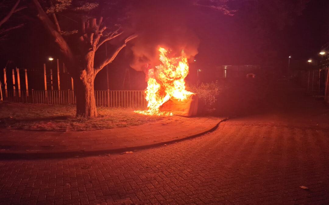 Matrassen in brand tegen hek van schoolplein Lanseloetstraat Gouda