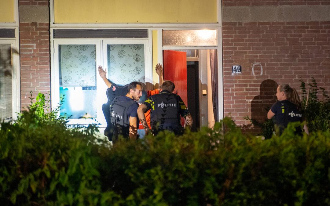Man aangehouden na mogelijke bedreiging met vuurwapen, buurt gaat op de vuist met politie Sophoclesstraat Rotterdam