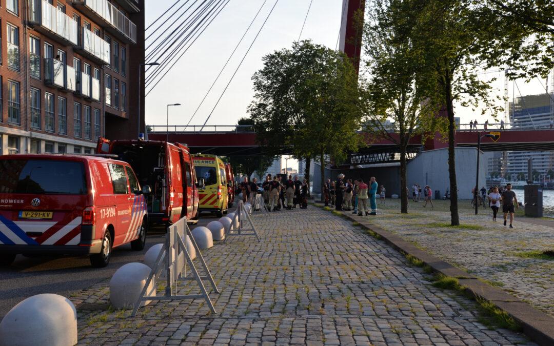 Hulpdiensten massaal ter plaatse voor persoon te water Willemsbrug – S123 Rotterdam