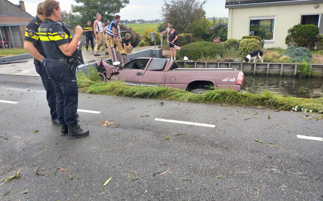 Terreinwagen belandt in sloot Oude Leedeweg Pijnacker