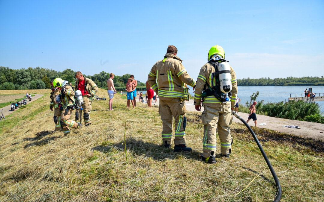 Stuk riet vat vlam Albrandswaardsedijk Poortugaal