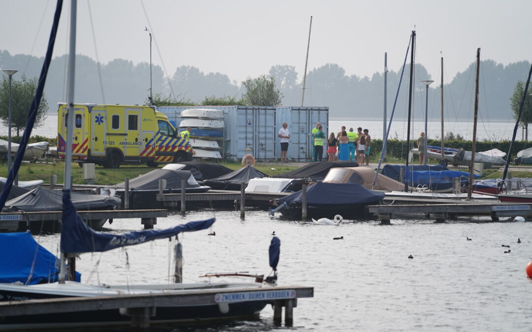 Opvarenden vallen van gehuurd bootje Zevenhuizerplas Rotterdam