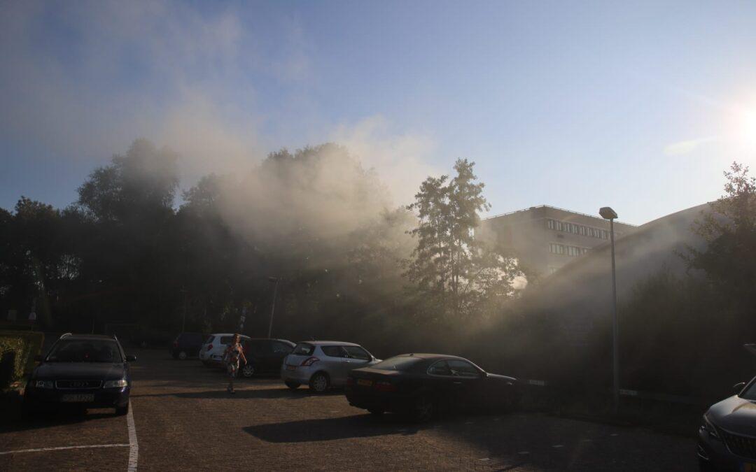 Melding gebouwbrand in Gouda blijkt smeulende stapel groenafval