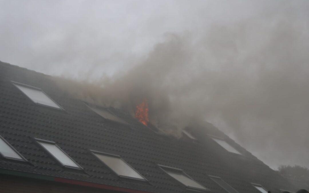 Uitslaande zolderbrand op Molendijk in Zuidland veroorzaakt door droger