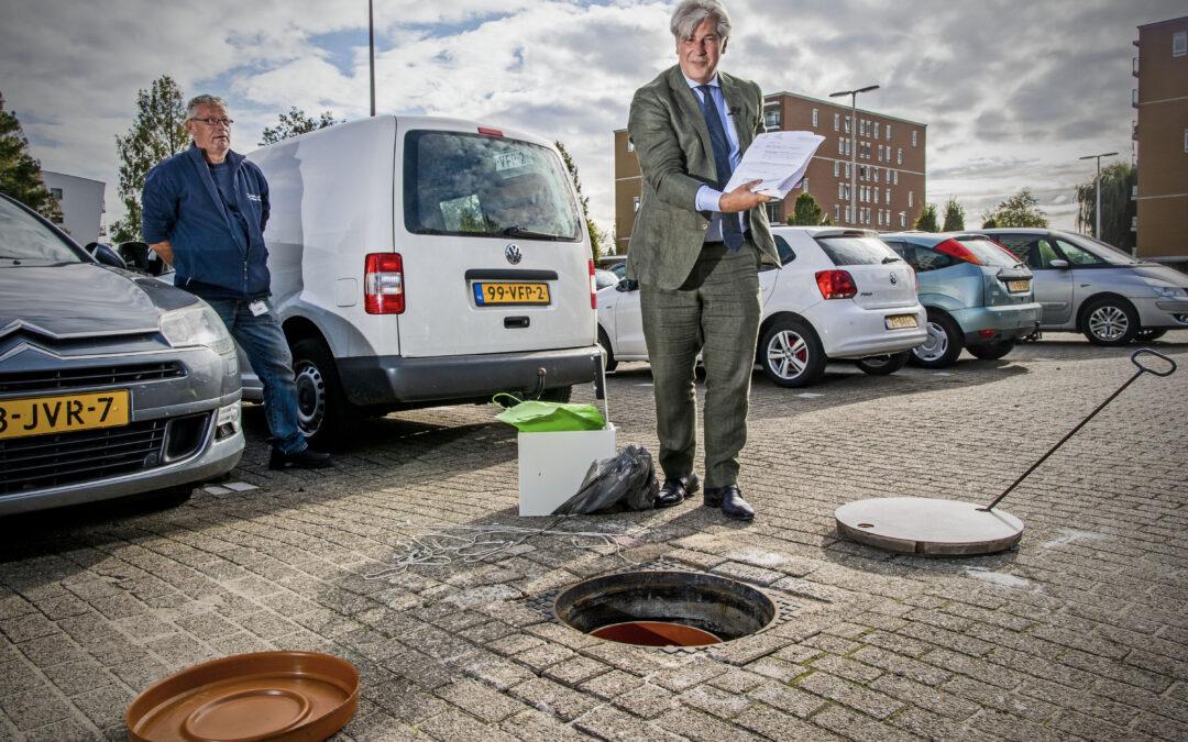 Burgemeester Oskam van Capelle aan den IJssel onthult tijdcapsule uit 2000