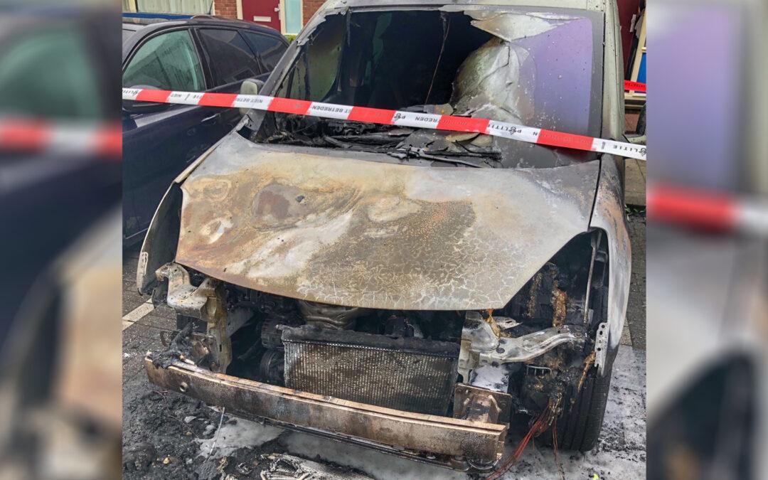 Politie zoekt getuigen na autobrand op Dantestraat in Rotterdam