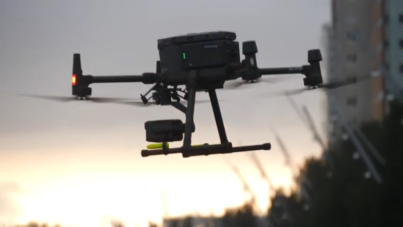 Drone bezorgt pakket op varend binnenvaartschip in Rotterdamse haven