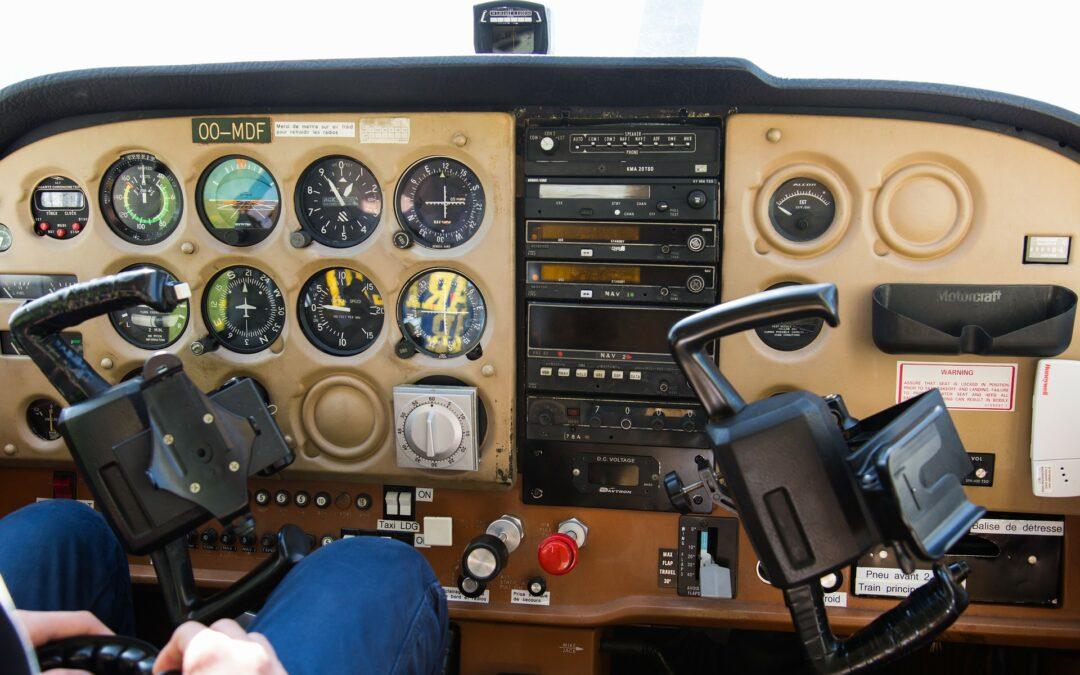 Sportvliegtuigje maakt noodlanding in suikerbietenveld Molendijk Den Bommel