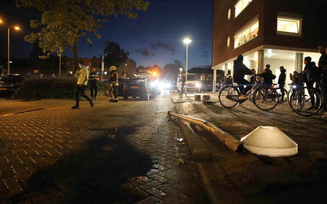 Automobilist rijdt lantaarnpaal omver in Gouda