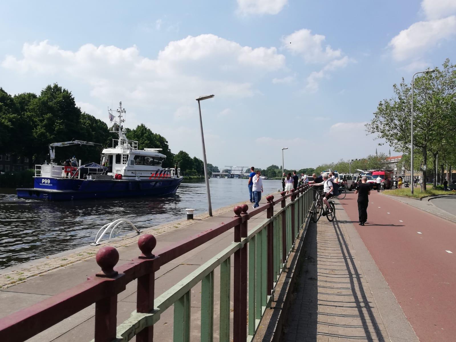 Politie haalt stoffelijk overschot uit Delftse Schie in Rotterdam -.